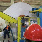 Eine Rolle Karton kann bis zu 40 Tonnen wiegen